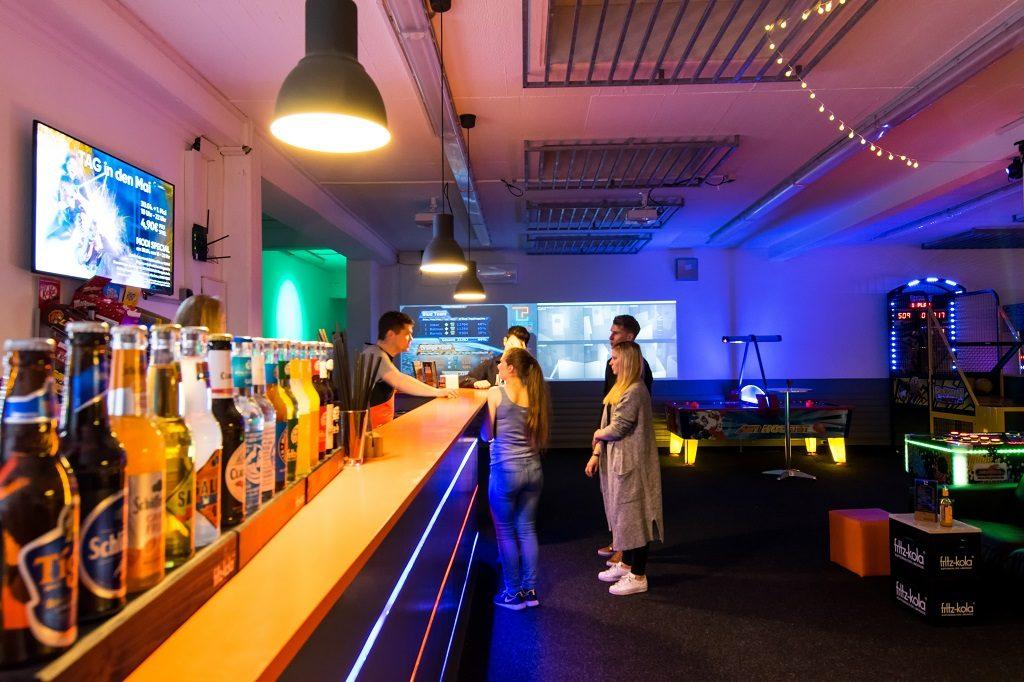 Lasertag Kunden in der Lounge des LASERPLEX